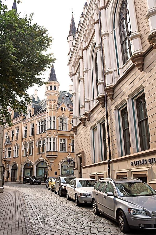 A placa da construção da cidade de Riga saiu e grande guilda que constrói certo, Letónia fotos de stock royalty free