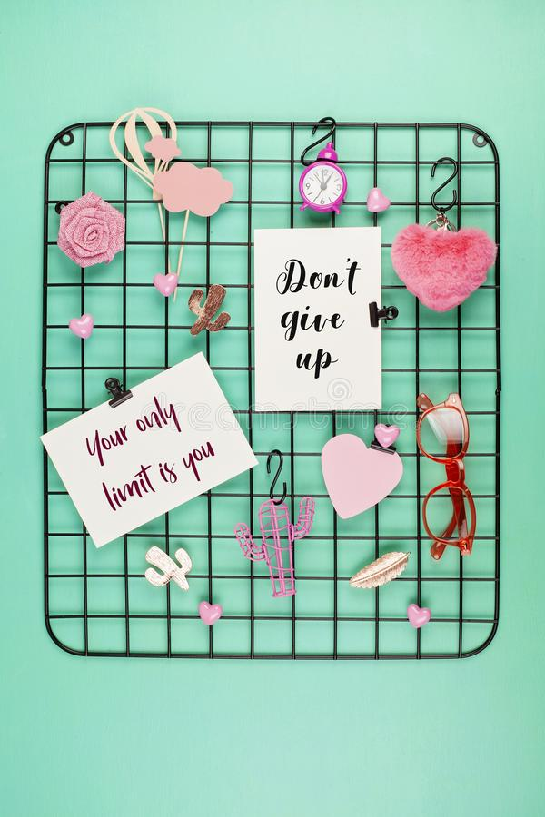 Placa da grade do fio com menina \ 'acessórios e cartões de s com citações inspiradas fotografia de stock royalty free