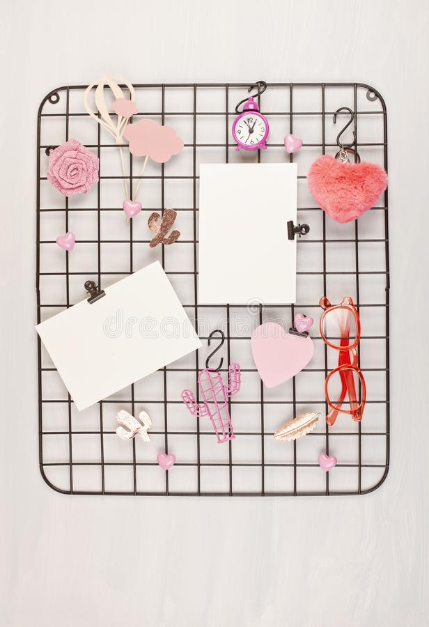 Placa da grade do fio com menina \ 'acessórios e cartões de s para citações inspiradas fotos de stock