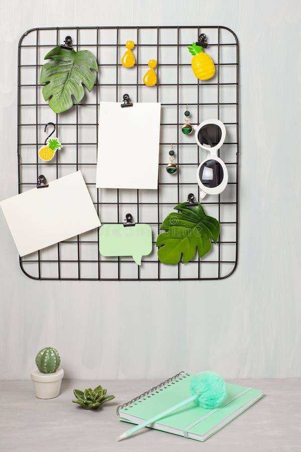 Placa da grade do fio com menina \ 'acessórios e cartões de s para citações inspiradas foto de stock