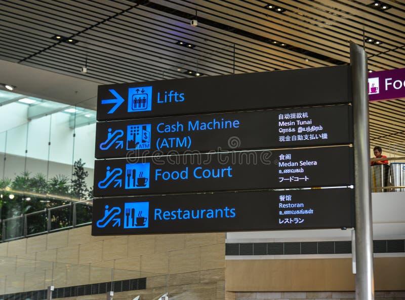 Placa da informação no aeroporto de Changi imagens de stock royalty free