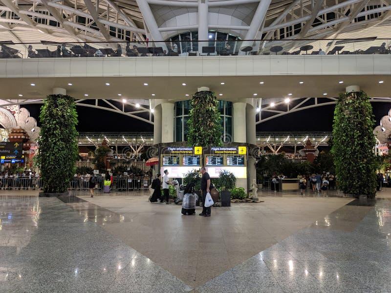 Placa da informação no aeroporto internacional de Ngurah Rai fotos de stock
