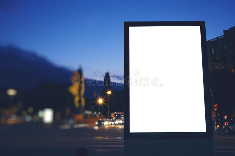 Placa da informação pública na cidade da noite com crepúsculo bonito no fundo fotografia de stock royalty free