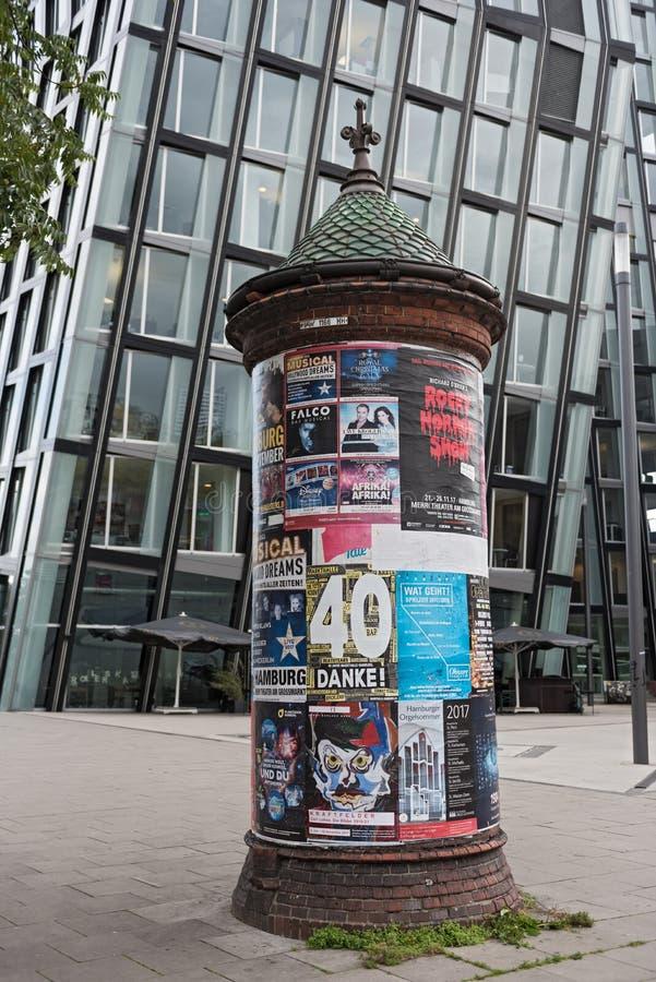 A placa da informação pública na frente da dança eleva-se, St Pauli imagens de stock