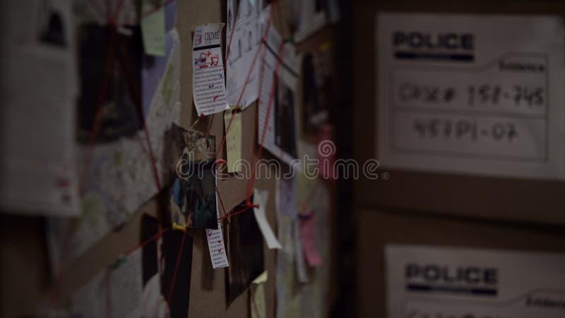 Placa da investigação com fotos fixadas, jornais e notas, resolvendo o crime imagem de stock