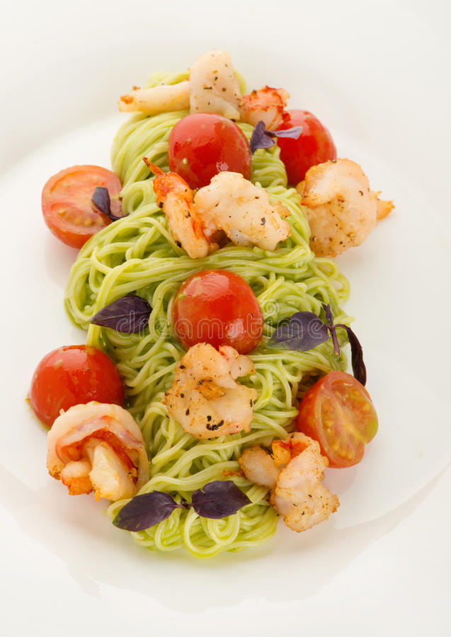 Placa da massa italiana deliciosa: espaguetes com camarões e cereja imagens de stock