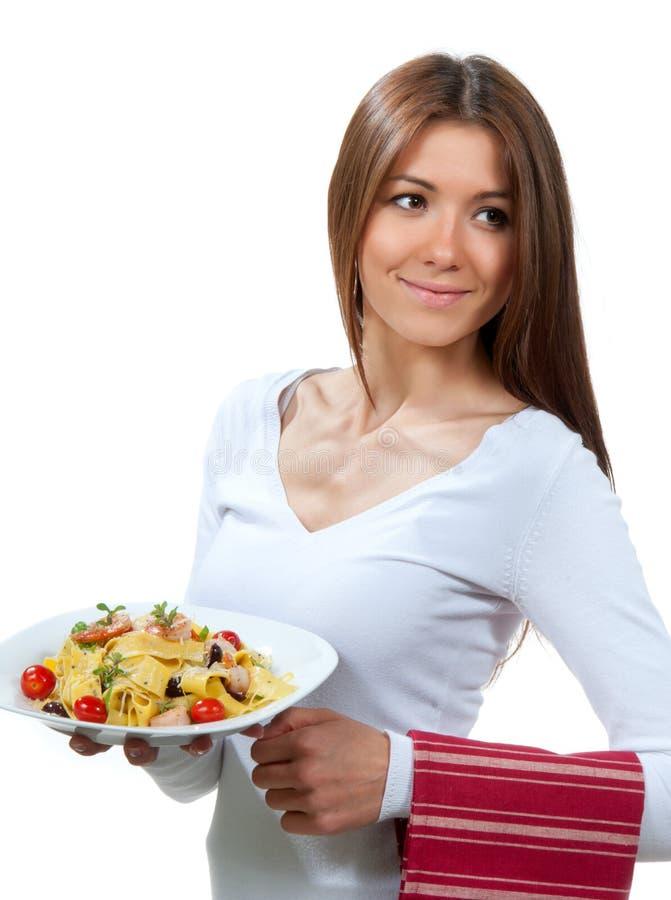 Placa da mulher com massa italiana imagens de stock