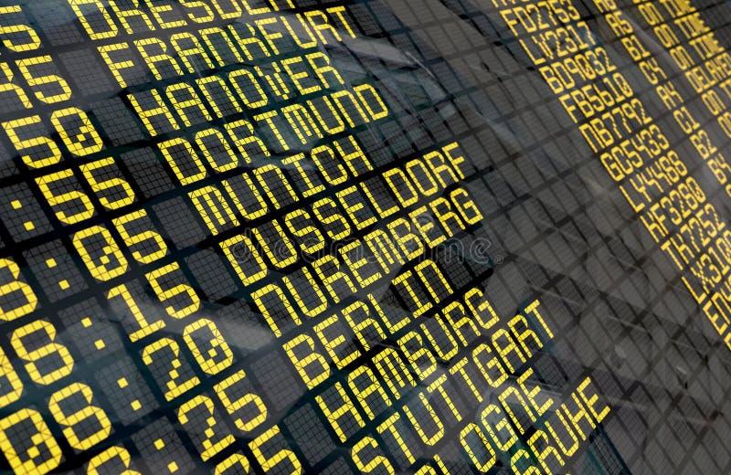 Placa da partida do aeroporto com destinos alemães foto de stock royalty free