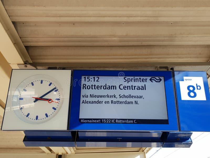 A placa da partida na plataforma do Gouda da estação de trem, trem está dirigindo a Rotterdam nos Países Baixos imagens de stock