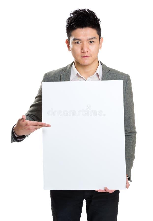 Placa da placa da posse do homem de negócios para apresentar algo fotografia de stock royalty free