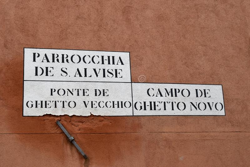Placa da rua na parede no quarto judaico de Veneza foto de stock