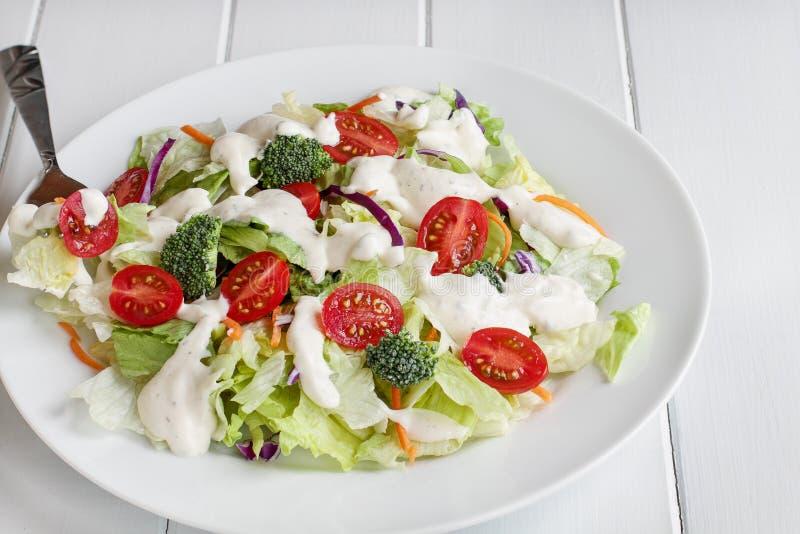 Placa da salada fresca com molho do rancho fotografia de stock
