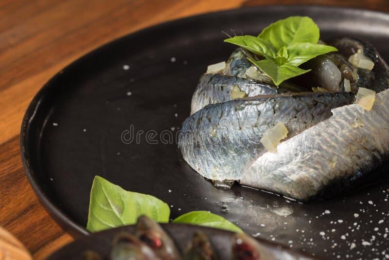Placa da sardinha com manjericão foto de stock royalty free