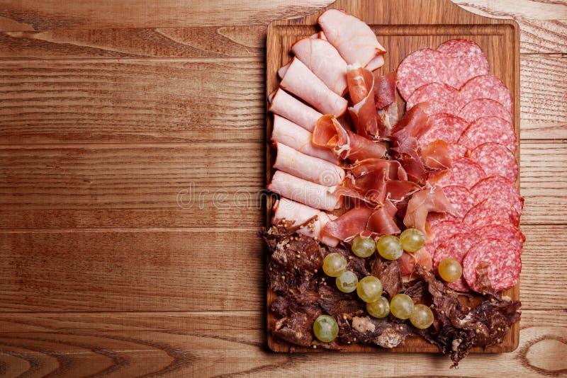 Placa das carnes frias, fatias prosciutto, presunto, carne de vaca seca, salsicha imagens de stock