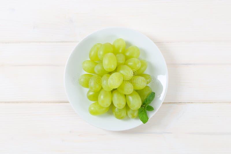 Placa das uvas brancas imagens de stock