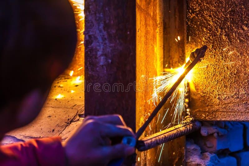 Placa de aço do corte do trabalhador que usa a tocha do metal fotografia de stock royalty free