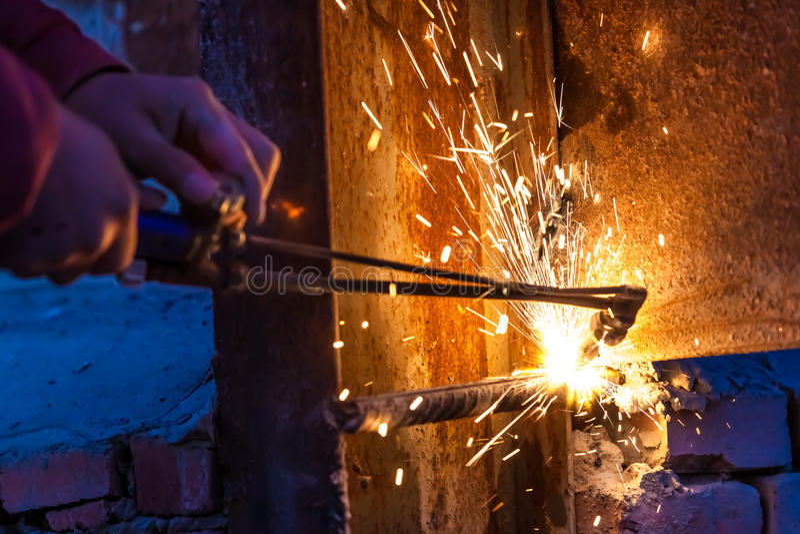Placa de aço do corte do trabalhador que usa a tocha do metal imagem de stock royalty free