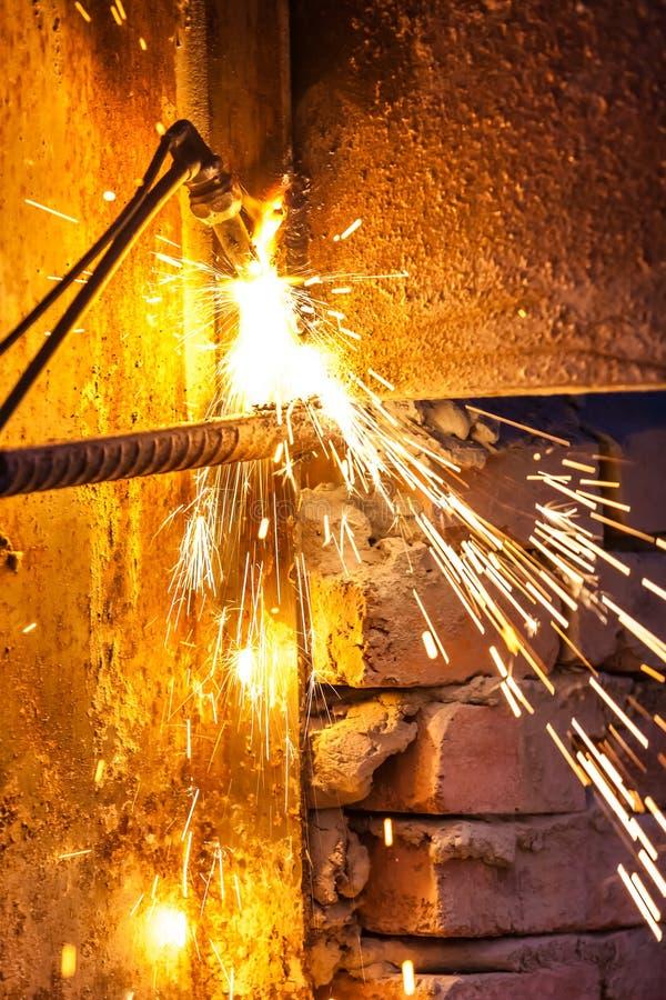 Placa de aço do corte do trabalhador que usa a tocha do metal foto de stock