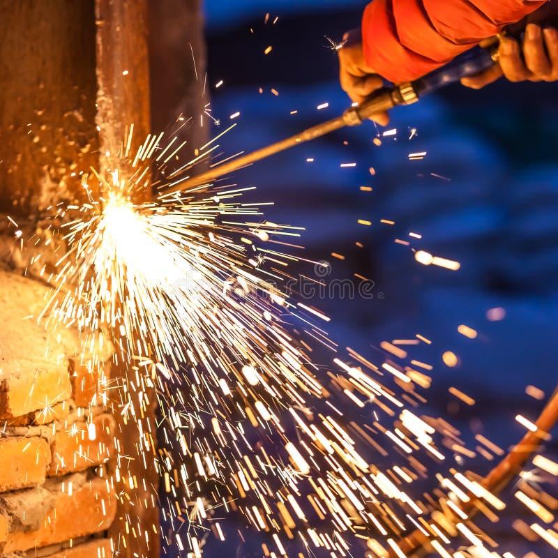 Placa de aço do corte do trabalhador que usa a tocha do metal fotografia de stock