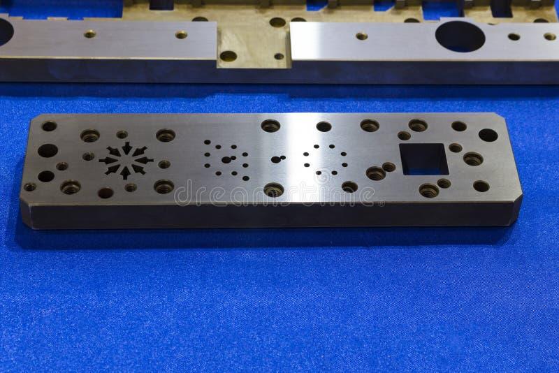 placa de aço feita à máquina para o trabalho feito com ferramentas de fabricação imagens de stock