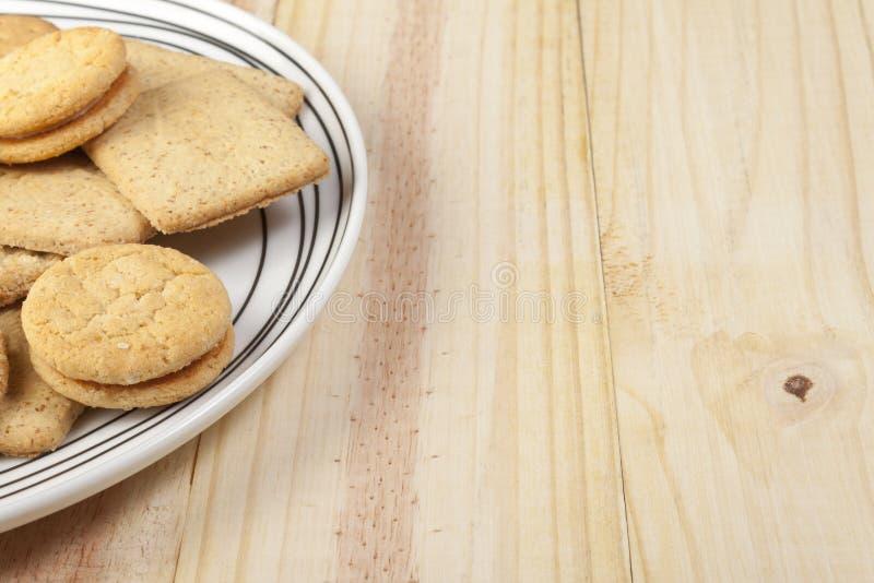 Placa de biscoitos sortidos em uma tabela do país do pinho foto de stock royalty free