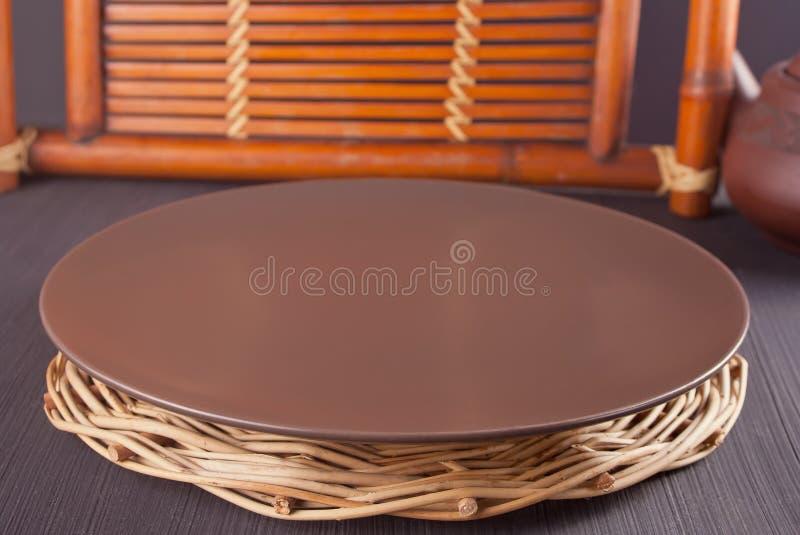 Placa de Brown na tabela velha de madeira Tabele o ajuste Tema oriental imagem de stock royalty free