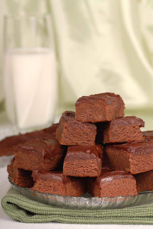 Placa de brownies do chocolate com um vidro do leite foto de stock royalty free