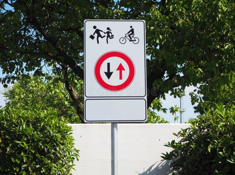 Placa de calle amonestadora Camino seguro, prioridad a los peatones y ciclistas Lleve foto de archivo libre de regalías