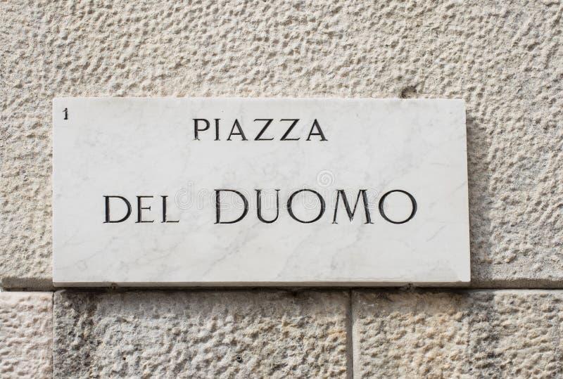 Placa de calle de la plaza del Duomo en Milán imágenes de archivo libres de regalías