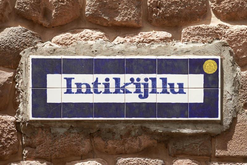 Placa de calle escrita en quechua en la ciudad vieja de Cusco Perú foto de archivo