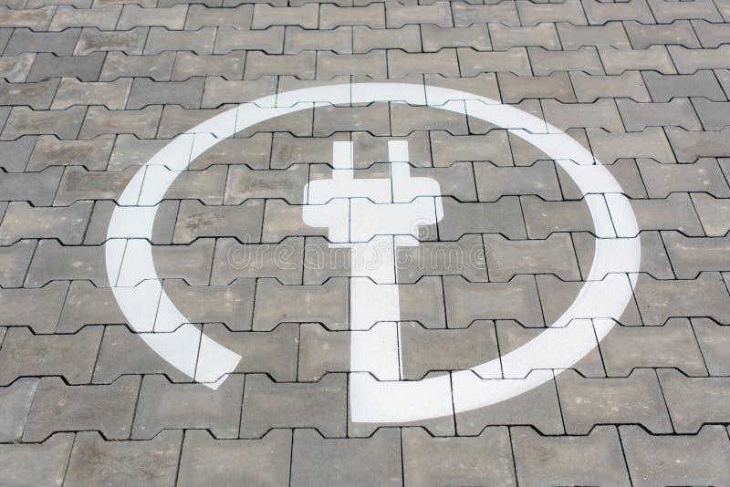 Placa de calle de la carga para los coches eléctricos fotografía de archivo