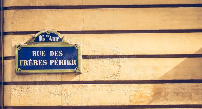 Placa de calle parisiense azul en una pared de piedra imágenes de archivo libres de regalías