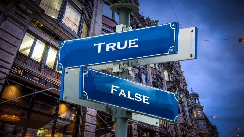 Placa de calle verdad contra falso fotografía de archivo