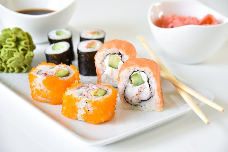 Placa de cena de los rollos de sushi imagen de archivo