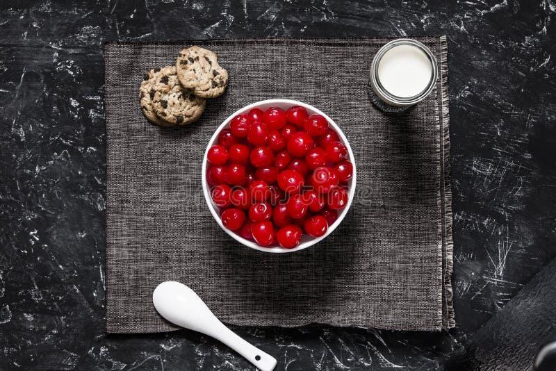 Placa de cerezas con leche y galletas imágenes de archivo libres de regalías