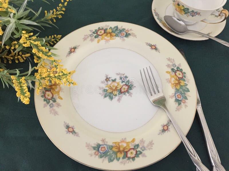 Placa de China del vintage y taza y platillo florales imagen de archivo libre de regalías