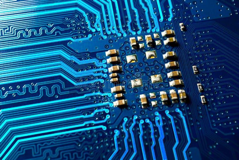 Placa de circuito azul e linha de incandescência foto do macro imagens de stock royalty free