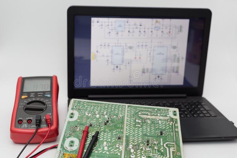 Placa de circuito com diagramas bondes pelo portátil fotografia de stock