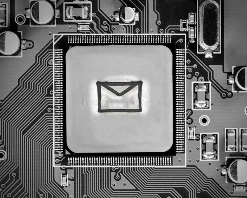 Placa de circuito con el microprocesador y el sobre foto de archivo libre de regalías