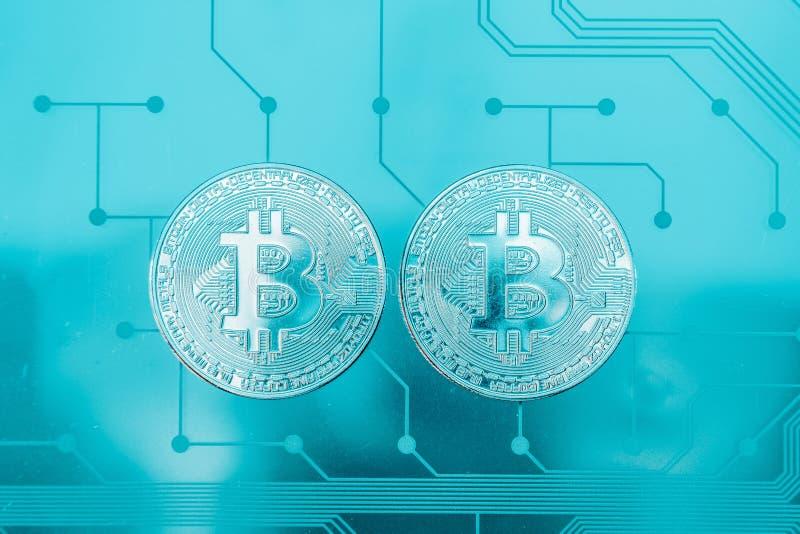 Placa de circuito con un bitcoin foto de archivo libre de regalías