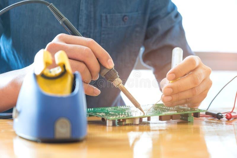 Placa de circuito do reparo do técnico, equipamento de solda do uso no circu fotografia de stock royalty free