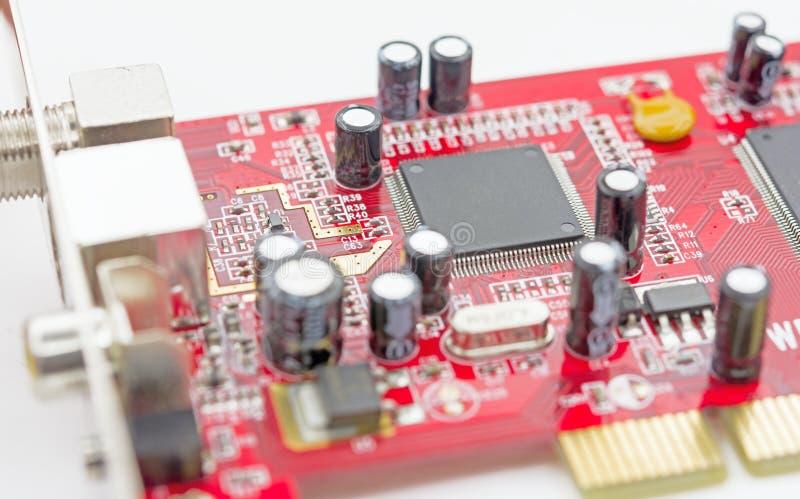 Placa de circuito electrónica con el procesador en blanco fotografía de archivo