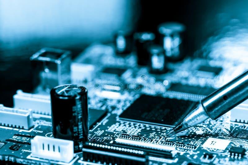 Placa de circuito electrónica que suelda fotografía de archivo