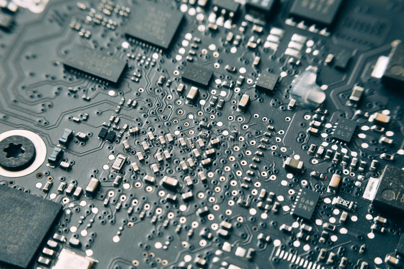 Placa de circuito impresa con los componentes eléctricos imagen de archivo