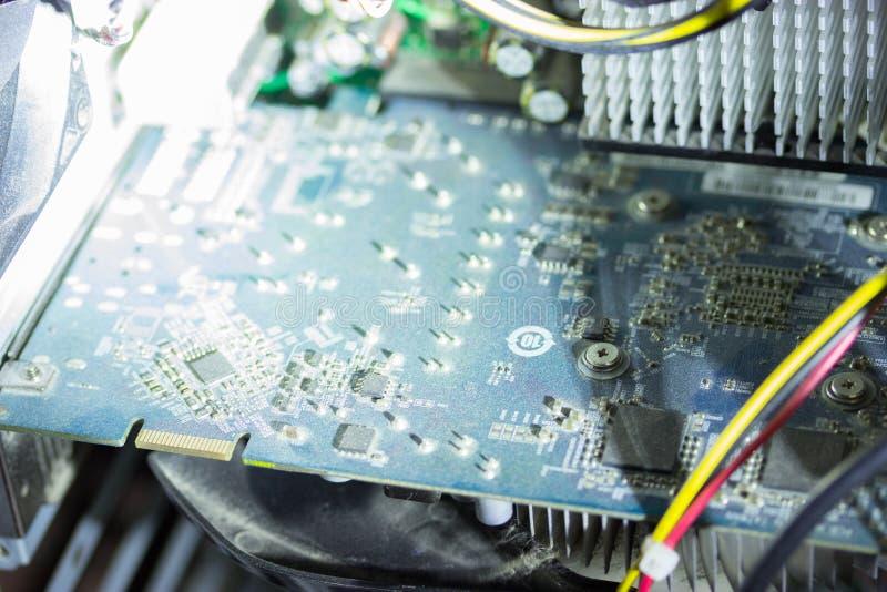Placa de circuito impresa con muchos componentes eléctricos foto de archivo