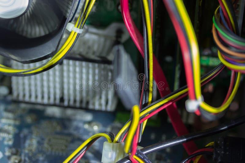 Placa de circuito impresa con muchos componentes eléctricos imagen de archivo