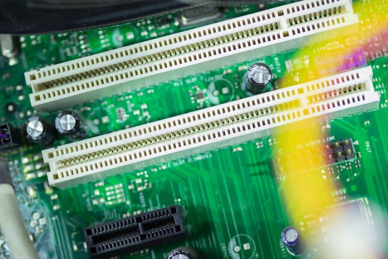 Placa de circuito impresa con muchos componentes eléctricos fotografía de archivo