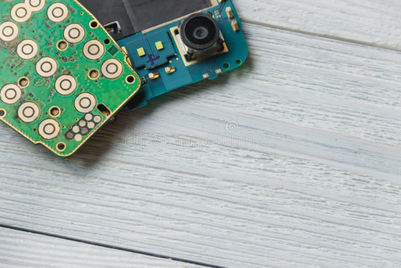 Placa de circuito impresa con muchos componentes eléctricos con el copyspace fotografía de archivo libre de regalías