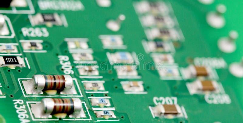 Placa de circuito impresa electrónica con muchos componentes eléctricos fotos de archivo