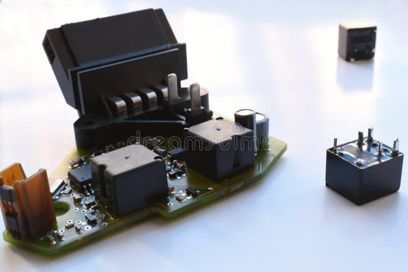 Placa de circuito impresso com componentes de rádio após o reparo fotos de stock royalty free
